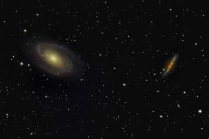M81 (a sinistra) e M82 (a destra). M82 è una galassia fortemente attratta da M81