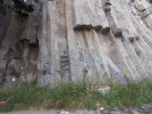 i-basalti-colonnari-deturpati-da-scritte-1