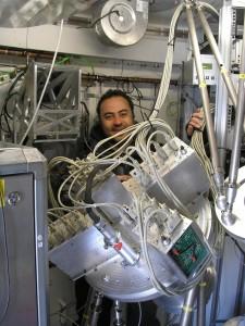 giorgio-siringo-dentro-il-telescopio-apex-durante-linstallazione-della-camera-di-bolometri-laboca-large-apex-bolometer-camera