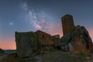 1024px-milky_way_saturn_and_jupiter_over_castello_gresti_sicily_italy_uai_rsz-cortesia-dario-giannobile
